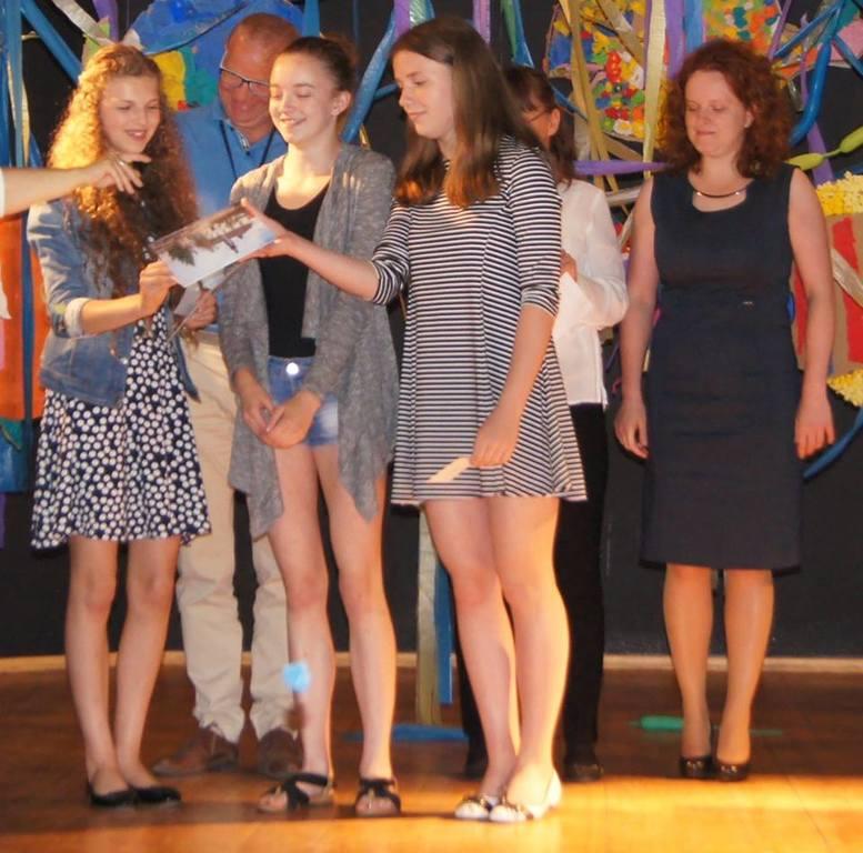 Na zdjęciu: moment wręczania nagród (link otworzy duże zdjęcie)