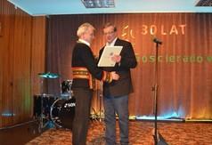 wicedyrektor WOK Lublin wręcza podziękowanie kierownikowi kapeli ludowej (link otworzy duże zdjęcie)