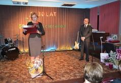 gratulacje z rąk pani dyrektor GOK Potok Wielki (link otworzy duże zdjęcie)