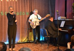Magda Balwicka  - w piosence 30 lat mineło (link otworzy duże zdjęcie)